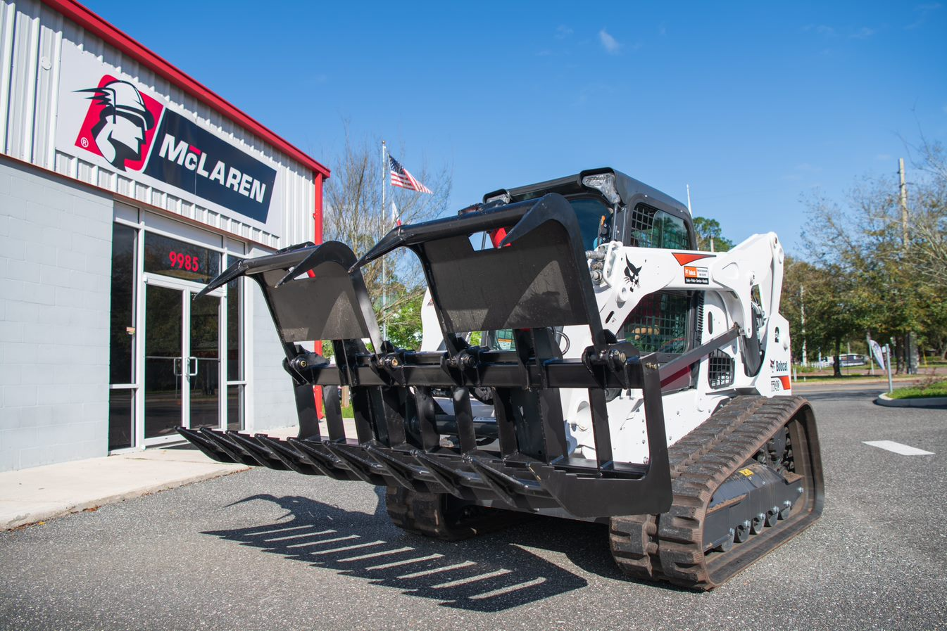 heavy duty grapple bucket on bobcat skid steer