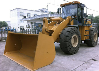 Wheel loader with heavy duty solid rubber replacement tires