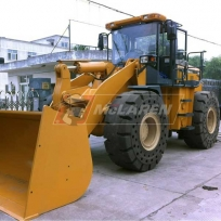 Solid Cushion flat-proof OTR tires on a lalrge Wheelloader